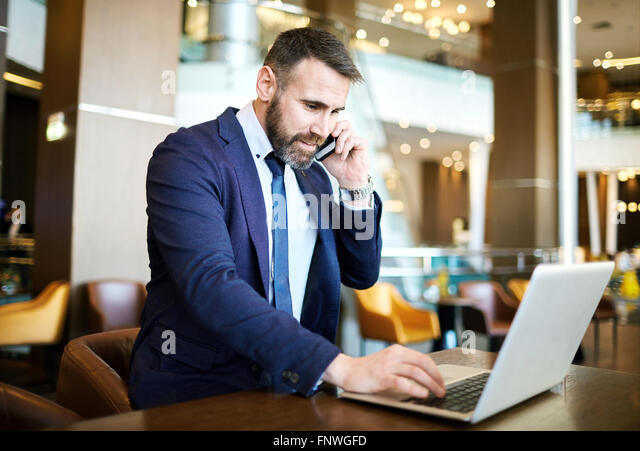 Contemporary professional networking while speaking on the phone - Stock-Bilder