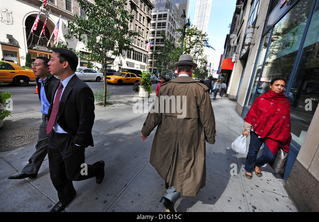 People of different cultures share a single sidewalk in Manhattan New York - Stock-Bilder