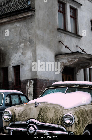 Vintage Car with Snow on Hood Antique Vintage Car automobile car snow vintage - Stock-Bilder