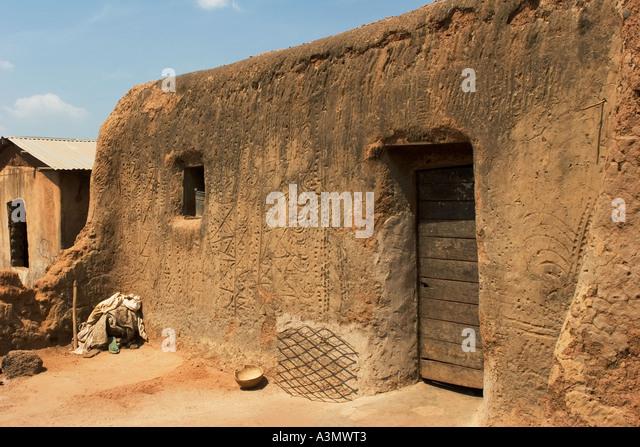 Village house Larabanga Ghana showing vernacular architecture with patterned mud wall - Stock Image