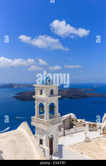 Traditional Greek Cyclades architecture style in Imerovigli, a small town between Fira and Oia on Santorini, Greece - Stock-Bilder