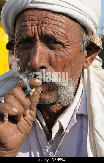 Smoking beedies by men in rural India, Gujarat, India, Asia - Stock-Bilder