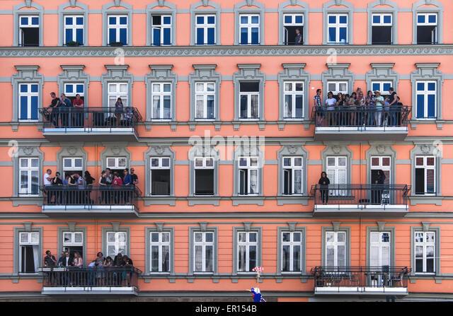 Kreuzberg, Berlin, Germany, 24th May 2015. People watch the Karneval der Kulturen from their balconies at Hermannplatz. - Stock-Bilder
