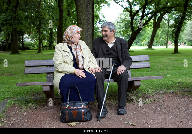 An elderly Turkish couple sitting on a bench in a park, Herne, Germany - Stock-Bilder