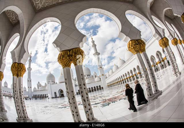 United Arab Emirates,  Abu Dhabi, Sheikh Zayed Grand Mosque. Two women go to the prayers - Stock Image