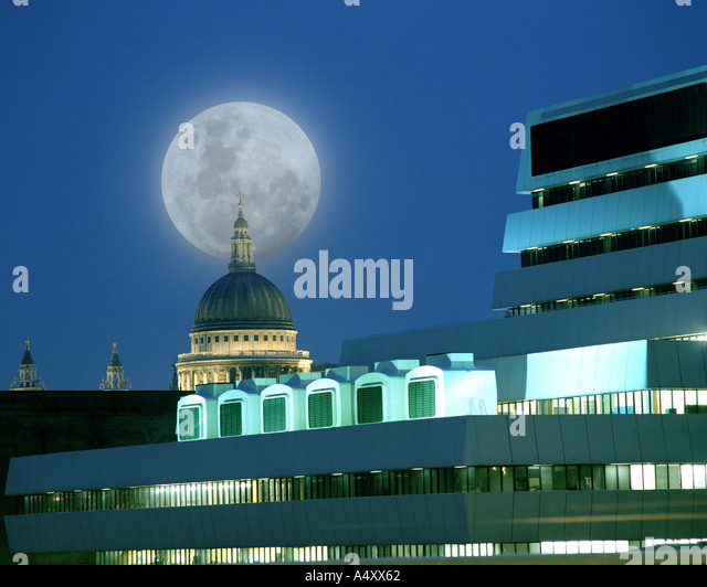 GB - LONDON: Moon over St Paul's Cathedral - Stock Image