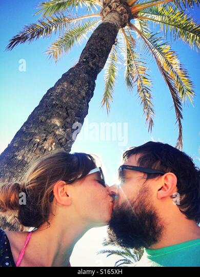 Young couple kiss in tropics - Stock-Bilder