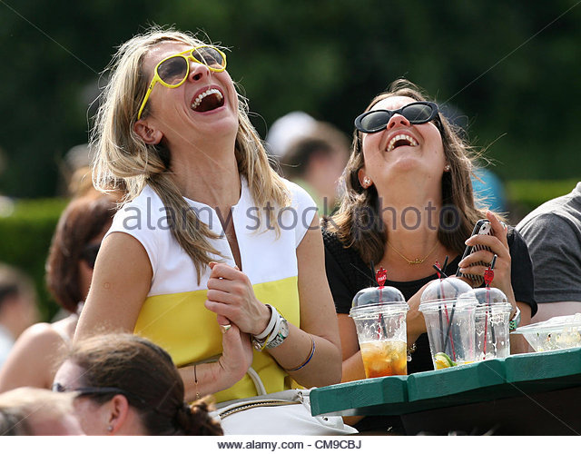 28/06/2012 - Wimbledon (Day 4) - Female spectators enjoy themselves in the sun on the Aorangi Terrace, otherwise - Stock-Bilder