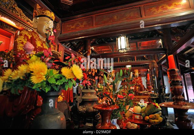 Confucius Statue inside Dai Bai Duong Pavilion, Temple of Literature, Hanoi, Vietnam - Stock Image