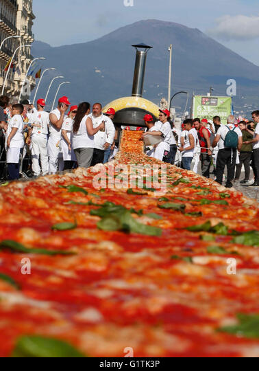 Naples, Italy. 18th May, 2016. Pizza makers attemps to break the world record of the longest pizza in the world - Stock Image