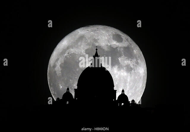 Rome, Italy. 14th November, 2016:The amazing astronomical event of the super moon, which is repeated after 68 years, - Stock-Bilder