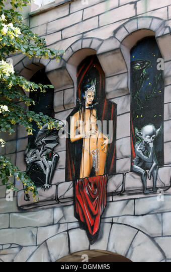 Temple dancer and Martians, artistically painted facade in street art style, Kiefernstrasse, Duesseldorf-Flingern - Stock-Bilder