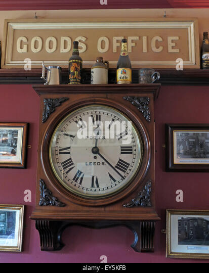 West Riding Pub, Dewsbury Railway Station, West Yorkshire, England, UK - Goods Office Clock - Stock Image