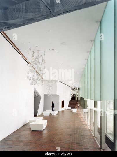 Interior, glass enclosed corridor looking North. Walker Art Center, Minneapolis, United States. Architect: Herzog - Stock-Bilder