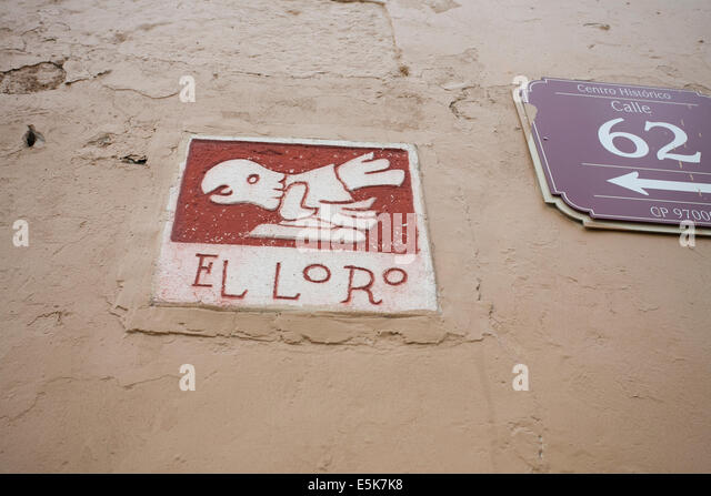 El Loro: Pictographic Street Sign in Merida. A picture of a parrot bird identifies Calle 62, a street in Merida - Stock Image