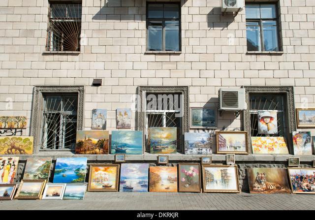 Paintings for sale on Volodymyrska Street in Kiev, the capital of Ukraine. - Stock-Bilder