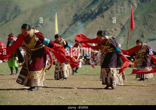 yushu girls Wedding guest in yushu, eastern tibet, dressed in traditional tibetan clothes | yushu, kham, tibet 2011,【source.
