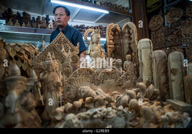 A wood figure vendor at the Bogyoke Aung San Market, Yangon, Myanmar. - Stock-Bilder