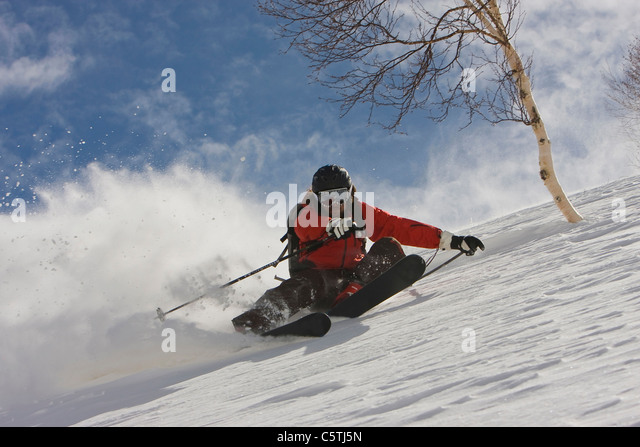 India, Kashmir, Gulmarg, Man skiing downhill - Stock-Bilder