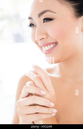 MODEL RELEASED. Young Asian woman smiling, portrait. - Stock-Bilder
