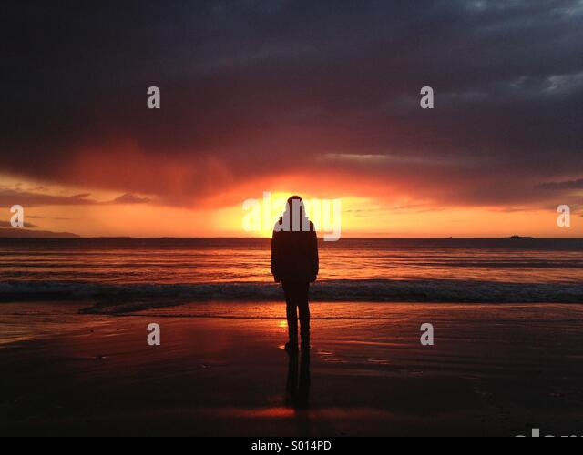 Watching the sunset at a beach in Tralee, Co. Kerry, Ireland. - Stock-Bilder