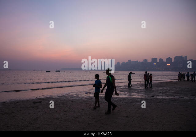 Sunset on Chowpatty Beach, Mumbai (Bombay), India. - Stock Image