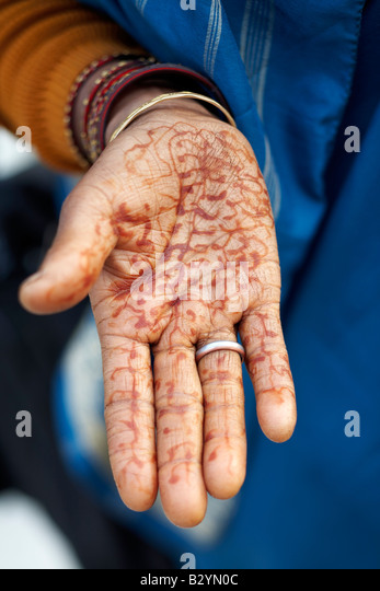 Woman tradition henna tattoos stock photos woman for Red henna tattoo