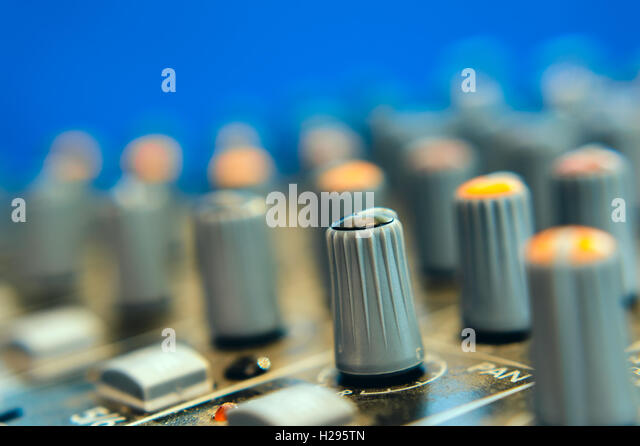 handle the equalizer on a mixing console - Stock-Bilder