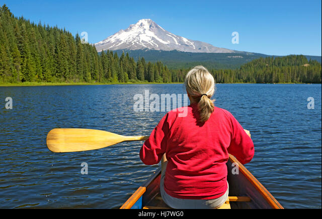 August 10, 2016; Mount Hood National forest, Oregon. Canoeing on Trillium Lake near Mount Hood (highest mountain - Stock Image