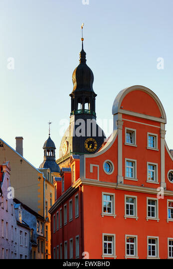 The Dome Cathedral in the beautiful old houses on narrow streets of Riga - Stock Image