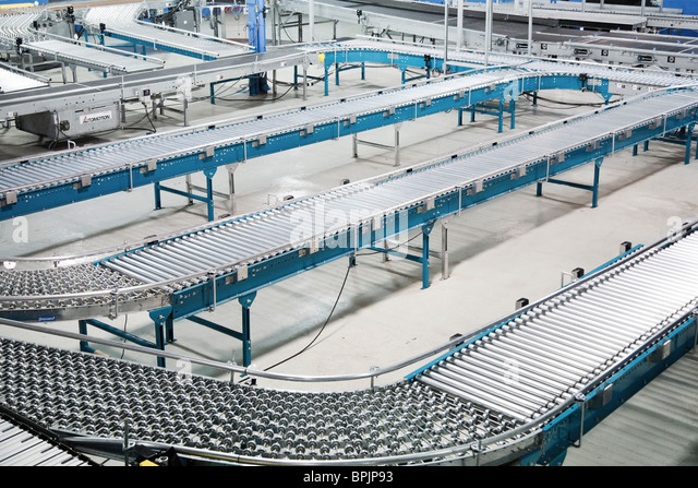 Rolling conveyor belt roller system for shipping in distribution warehouse - Stock-Bilder