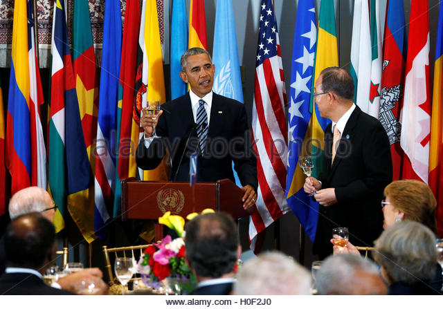 U.S. President Barack Obama toasts as UN Secretary General Ban Ki-moon listens at a luncheon during the United Nations - Stock-Bilder