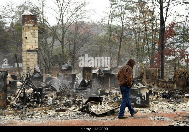 (161130) -- TENNESSEE (U.S.), Nov. 30, 2016 (Xinhua) -- Local resident Ralph Cogdill checks the debris of his house - Stock-Bilder