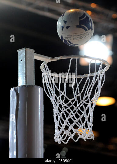 NETBALL HOOP & OFFICIAL BALL AUSTRALIA V ENGLAND NETBALL SECC GLASGOW SCOTLAND 26 July 2014 - Stock Image