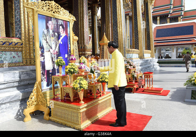 Bangkok, Thailand. 9th June, 2016. Thai Prime Minister Prayuth Chan-ocha pays tribute to an image of Thai King Bhumibol - Stock Image