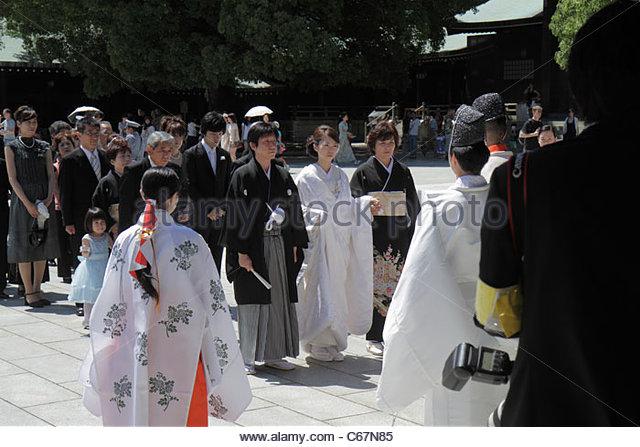 Japan Tokyo Shibuya-ku Meiji Jingu Shinto Shrine wedding ceremony procession line queue Asian men women bride groom - Stock Image