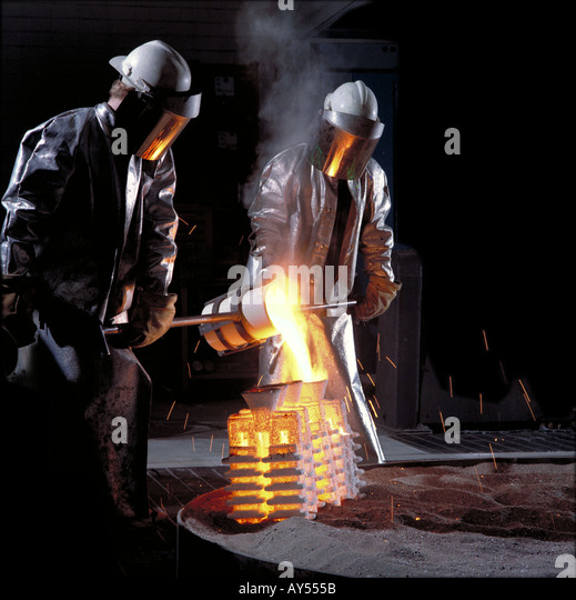 Pouring of molten titanium into moulds for aerospace industry in Wisconsin USA - Stock-Bilder