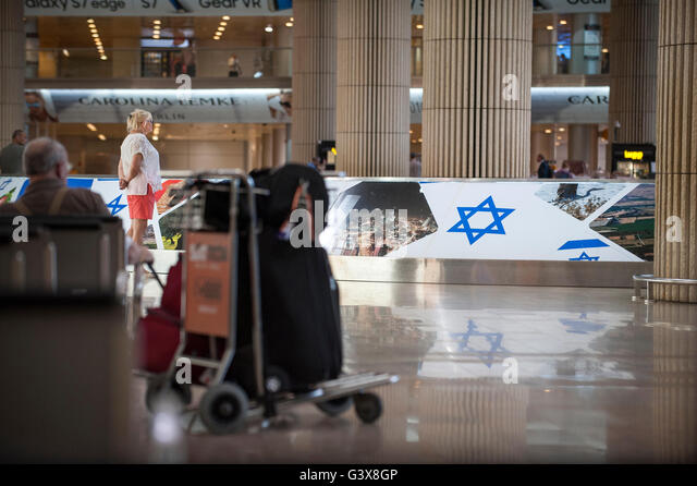A woman waits at the arrivals hall at Ben Gurion Airport in Israel. - Stock-Bilder