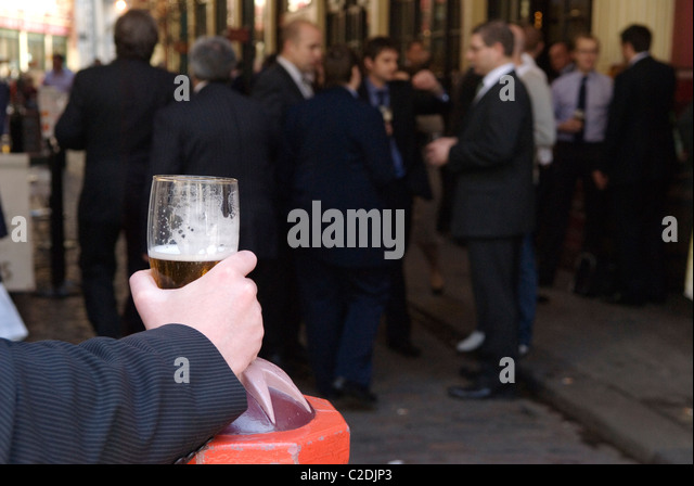 Office workers lunchtime drink outside city pub City of London UK  HOMER SYKES - Stock-Bilder
