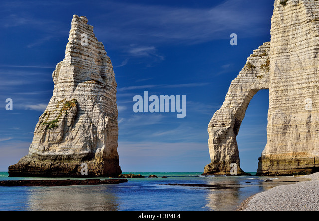 France, Normandy: Rock arcs of the beach of Etretat - Stock Image