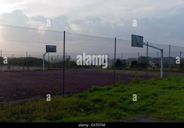 Abandoned netball basketball court - Stock Image