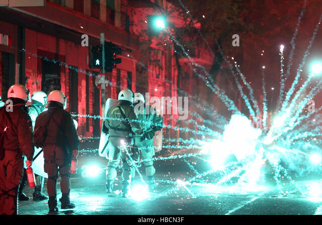 Athens, Greece. 6th December, 2016. Greek protesters clash with police during a rally to mark the eighth anniversary - Stock-Bilder
