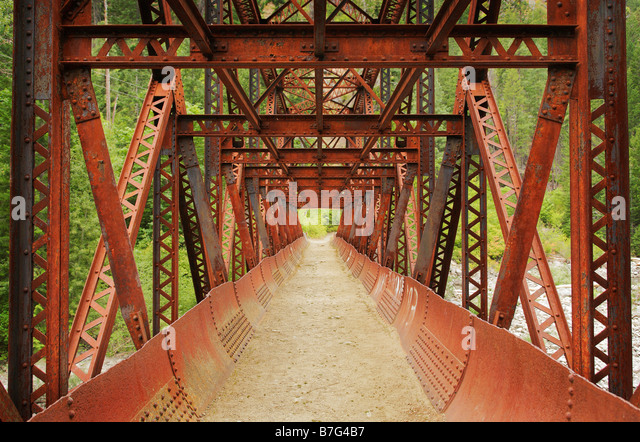 Rusty footbridge on the Wenatchee River near Leavenworth Washington - Stock Image