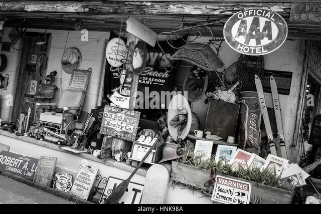 Antiques and nostalgia items at an outdoor flea market. - Stock-Bilder