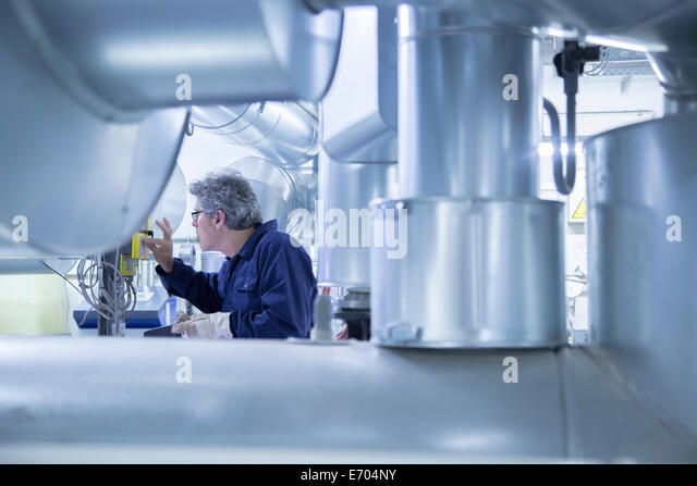 Engineer adjusting control panel in power station - Stock-Bilder