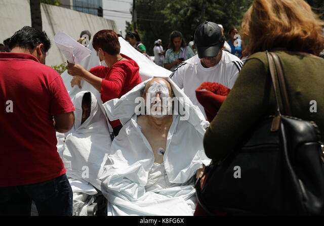 Mexico City, Mexico. 19th Sep, 2017. People receive medical attention following a magnitude 7.1 earthquake on the - Stock Image