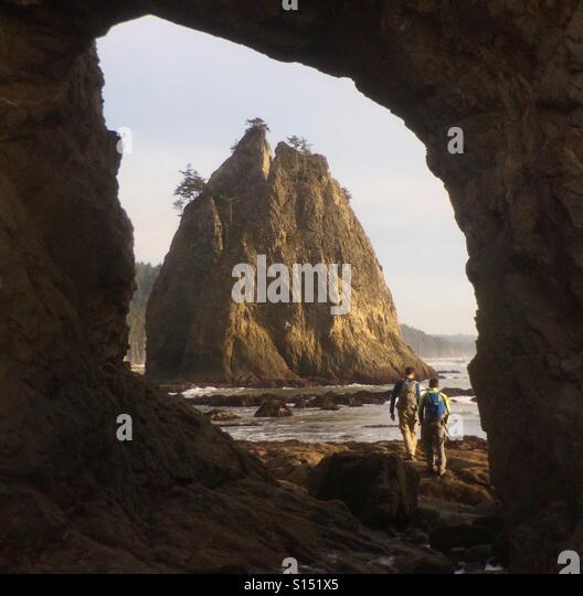 Hikers and sea stack, Olympic National Park, Washington, Rialto Beach - Stock-Bilder