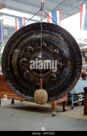 Ceremonial gong and Thai flags, Wat Worachan, Bangkok, Thailand - Stock Image