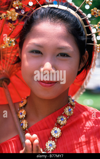 Young Thai girl in traditional dress in front of the Hindu-Buddist Monastery Wat Arun in Bangkok, Thailand, Asia - Stock-Bilder
