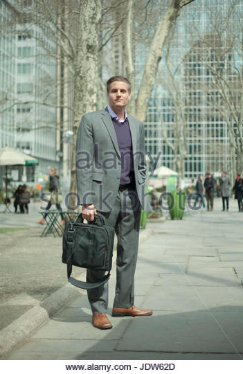 Young businessman waiting on city street, New York City, USA - Stock-Bilder